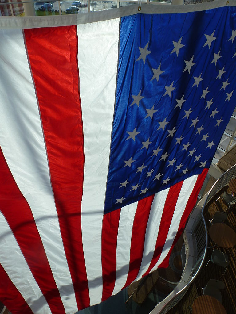 800px-Flag_of_the_United_States_at_the_Flint_Hills_Discovery_Center_in_Manhattan,_KS