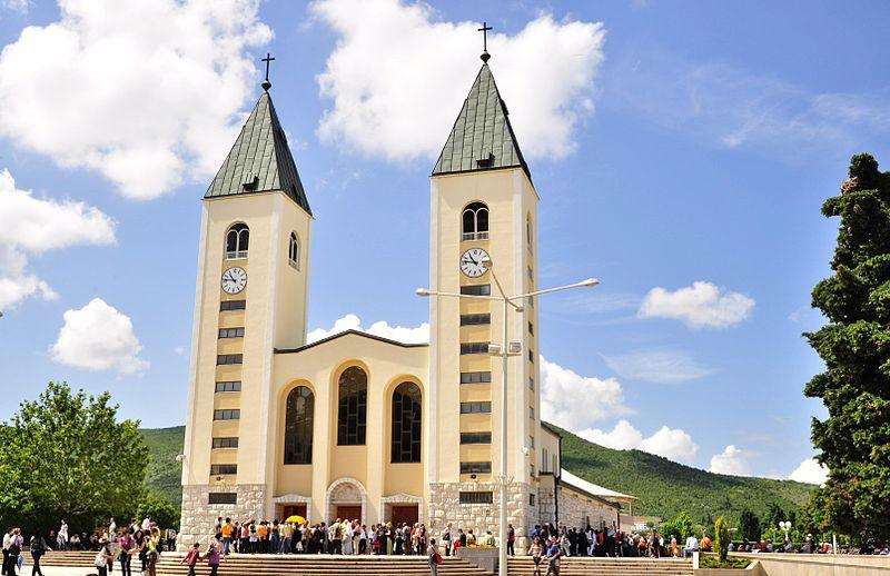 800px-Saint_James_Church_(St._Jakov)_Medjugorje_-_Hotel_Pansion_Porta_-_Bosnia_Herzegovina_-_Creative_Commons_by_gnuckx_(4695237966)