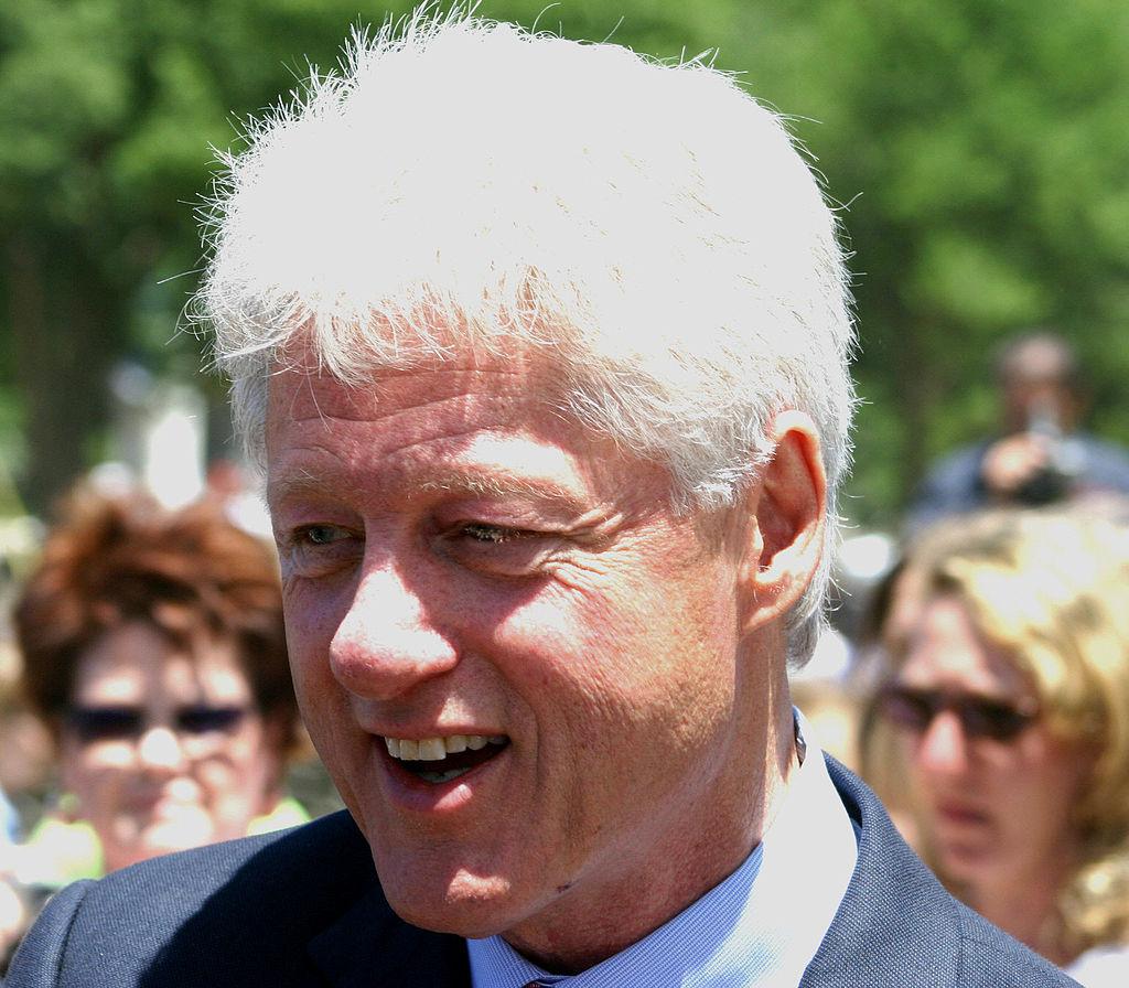 1024px-Bill_Clinton_closeup_at_dedication_of_WWII_memorial,_May_2004