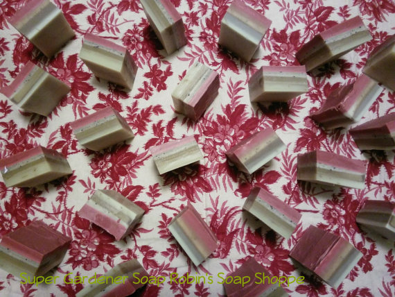 A layered soap made with lavender buds, rose clay, kelp, coffee grounds, calendula, great for stubbornly dirty hands, scented with rosehips and jasmine. 100% naturally colored.