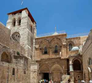Estado atual externo da igreja do Santo Sepulcro em Jerusalém.