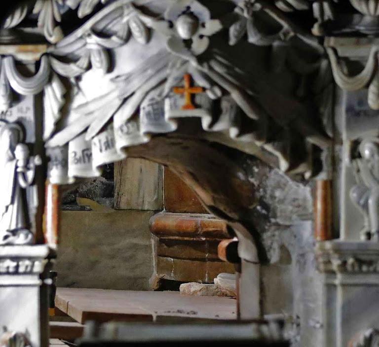 O Santo Sepulcro visto desde fora durante os trabalhos