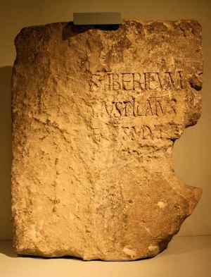 A Pedra de Pilatos dedicada ao imperador Tibério. Cesareia Marítima, século I. Museu de Israel, Jerusalém.