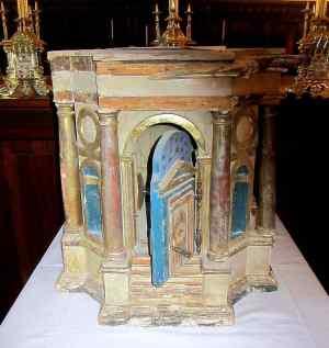 O tabernáculo onde estava a píxide contendo as hóstias Foto Avvenire