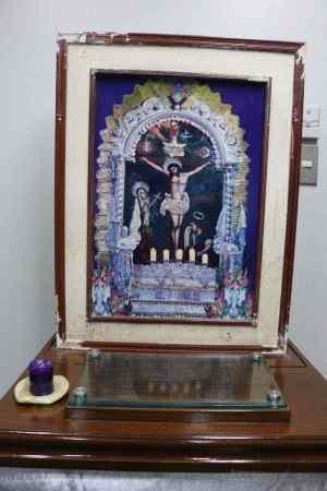 A imagem resgatada milagrosamente intacta. O marco está danificado. Foto do arcebispado de Piura
