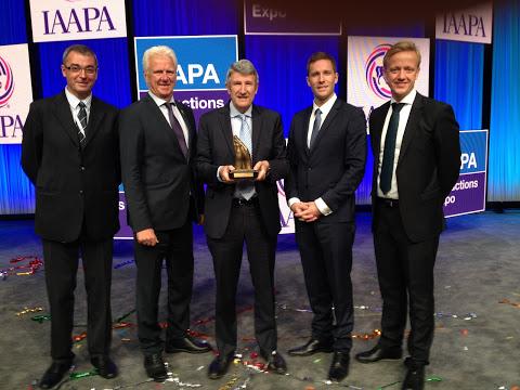 Philippe de Villiers (au centre), à l'origine de la création du Puy du Fou, recevant son prix à Orlando ce mardi.