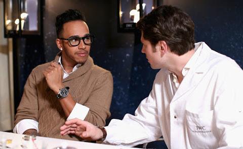 Pilote, ambassadeur de marques de luxe et de sport, Lewis Hamilton est aussi un fils et un frère attentionné.
