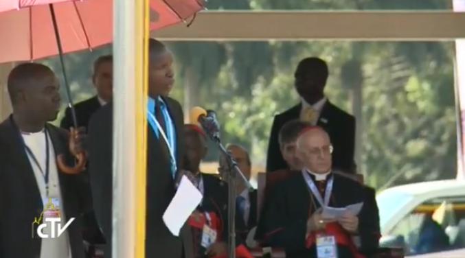 Emmanuel Odokonyero a fait part de son témoignage au pape François au début de sa rencontre avec les jeunes sur la piste de l'aéroport de Kololo à Kampala en Ouganda