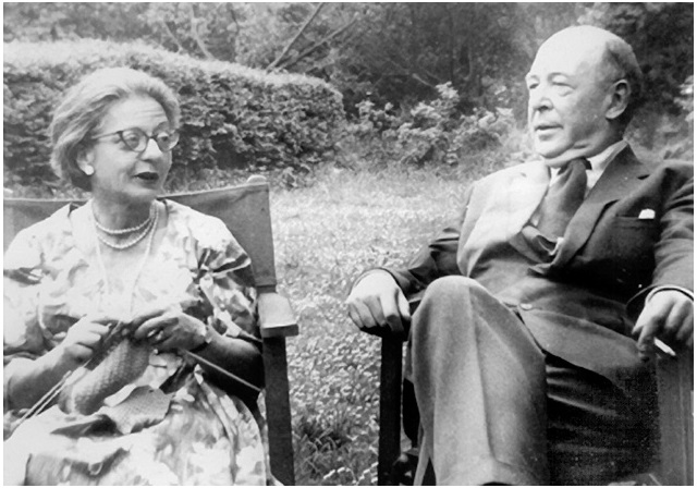 Joy e Lewis nel loro giardino