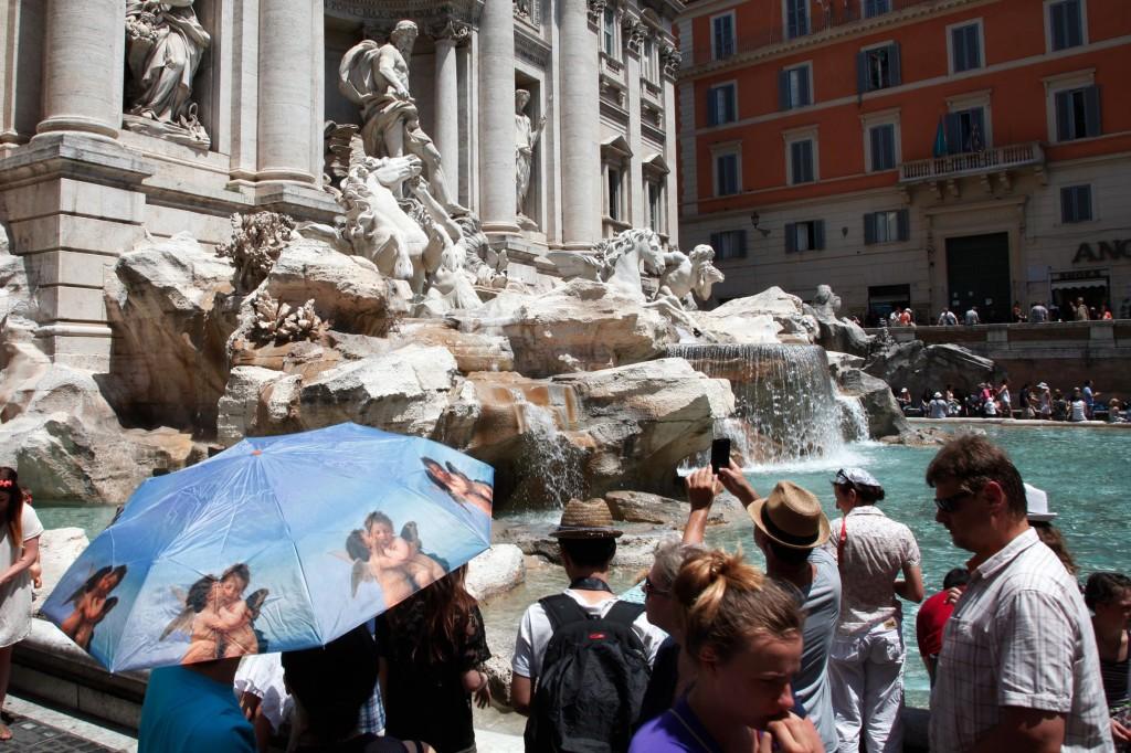 Caldo a Roma,i turisti si bagnano nelle fontane